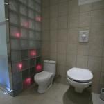 Toalett, barnetoalett og glassbyggestein med fiberlys. LED-lys i gulvet
