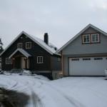 Huset malt i ny farge, garasjen neste